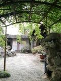 Forntida trädgård för traditionell stil i Suzhou, Kina royaltyfria foton