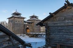 Forntida träfästning- och journalkojor Rysk by i vintern Ryssland Suzdal Arkivbild