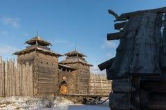 Forntida träfästning- och journalkojor Rysk by i vintern Ryssland Suzdal Fotografering för Bildbyråer