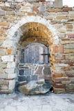 Forntida träfönster av den medeltida tegelstenväggen Fotografering för Bildbyråer