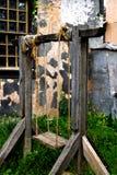 Forntida trägunga på rep royaltyfri fotografi