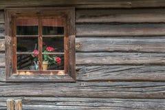 Forntida trähus med fönstret Arkivfoton