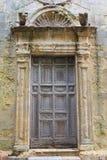 Forntida träkyrklig dörr Royaltyfri Fotografi