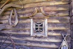 Forntida träladugårdvägg med hjälpmedel och fönstret Arkivbilder