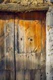 Forntida trätextur på en brun dörr arkivfoto
