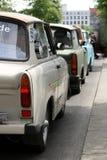 Forntida Trabant bil TappningTrabant h?g-byggnader som parkeras i det tyska parlamentomr?det i Berlin royaltyfria bilder