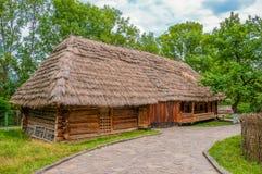Forntida traditionell ukrainsk lantlig stuga med ett sugrörtak arkivbilder
