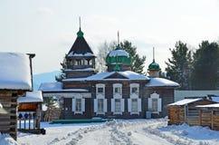 Forntida TreenighetTroitskaya kyrka från byn av Dyadino i byn av Taltsy, Irkutsk region, Ryssland arkivbild