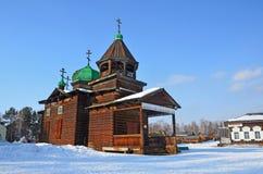 Forntida TreenighetTroitskaya kyrka från byn av Dyadino i byn av Taltsy, Irkutsk region, Ryssland royaltyfria bilder