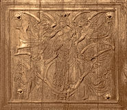 Forntida träskulptur på gammal dörr för antikvitetkyrka Royaltyfri Foto