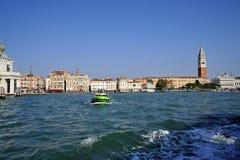 Forntida turist- stad av Venedig med piazza San Marco och klockatornet som ses från havet arkivfoton