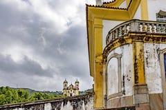 Forntida två och historiska kyrkor av staden av Ouro Preto Fotografering för Bildbyråer
