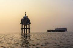 Forntida undervattens- tempel i misten Arkivfoto
