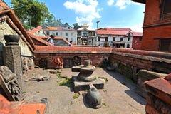 Forntida Unesco-arvarkitektur i Pashupatinath, nu damag Arkivfoto