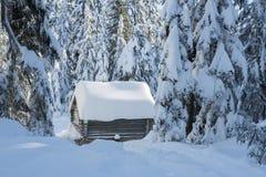 Forntida uppvärmningskabin i vinter Arkivfoton