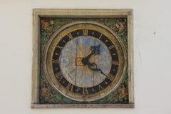 Forntida utomhus- klocka i Tallinn Royaltyfri Fotografi