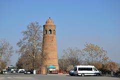 Forntida Uzgen minaret Arkivbild
