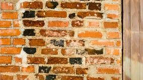 Forntida vägg av röda, svarta och bruna tegelstenar, textur för bakgrund Royaltyfri Fotografi