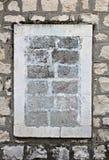 Forntida vägg med walled upp fönster av tegelstenar Royaltyfri Fotografi