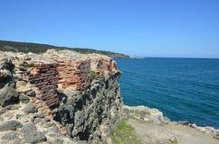 Forntida vägg nära havet Arkivfoton