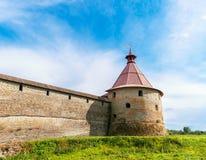 Forntida vägg och torn av fästningen Oreshek royaltyfri fotografi