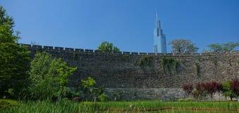 Forntida väggar för blå himmel och modern arkitektur Arkivbilder