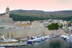 Forntida väggar för Dubrovnik stad Arkivbilder
