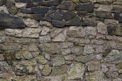 Forntida väggar som byggs av grå färg- och svartstenen, baserar naturlig bakgrund Arkivfoto