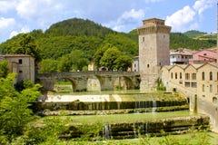 Forntida välvd bro och torn arkivfoto