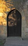 Forntida välvd dörröppning för sten och för trä Royaltyfri Bild
