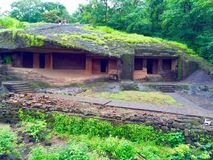 Forntida vagga buddistiska bosättninggrottor för snittet Arkivfoton