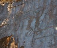Forntida vagga teckningspetroglyphen, dansa människa två Fotografering för Bildbyråer