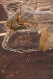 Forntida vagga teckningspetroglyphen, horseriding arkivbilder