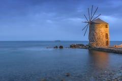 Forntida väderkvarnar av chios på natten Arkivfoto