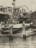 Forntida Venetian squero var gondoler repareras i 60-tal royaltyfria foton