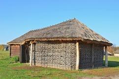 Forntida vide- ladugård med ett sugrörtak Royaltyfria Foton