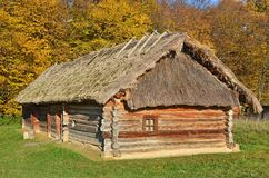 Forntida vide- ladugård med ett sugrörtak Royaltyfri Fotografi