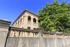 Forntida villa med väggen och trädet arkivbild