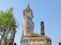 Forntida vit buddha gammal tempel Arkivbild