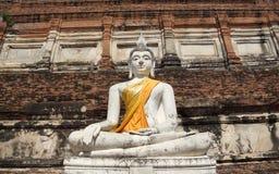 Forntida vit buddha staty Royaltyfria Foton