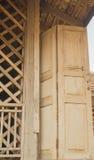 Forntida wood dörrar av det traditionella thailändska huset Fotografering för Bildbyråer