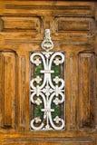 Forntida yttersida för dörrdetaljarkitektur arkivfoton