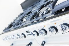 Fornuis op de witte moderne keuken Stock Afbeelding