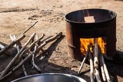 Fornuisbrandhout van gallontank wordt voor het koken gemaakt die Stock Foto