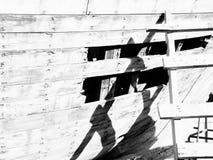 Foro arrugginito di legno su una piccola barca con la scala in bianco e nero immagine stock libera da diritti