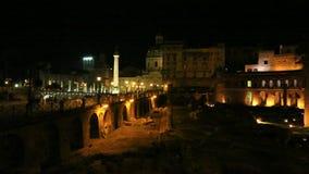 Foro de Traiano en Roma por noche almacen de video