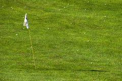 Foro del campo di golf e dozzina palle da golf fotografia stock libera da diritti