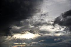 Foro del cielo nelle nuvole di tempesta scure Simbolo della lotta del bene e male Luce nelle nuvole di tempesta scure e drammatic immagini stock