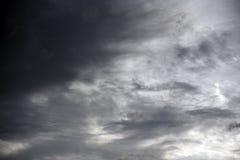 Foro del cielo nelle nuvole di tempesta scure Simbolo della lotta del bene e male Luce nelle nuvole di tempesta scure e drammatic fotografia stock