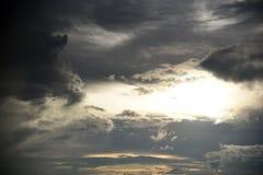 Foro del cielo nelle nuvole di tempesta scure Simbolo della lotta del bene e male Luce nelle nuvole di tempesta scure e drammatic immagine stock